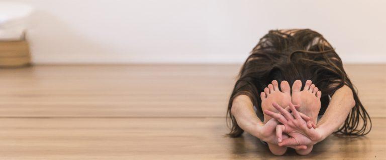 תרגול יוגה להארכת שרירי ירך אחוריים (המסטרינגס)