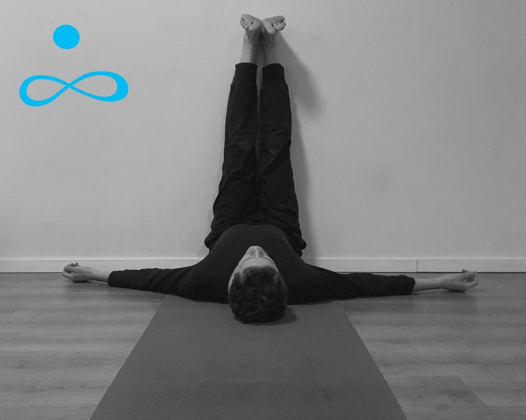 תרגול יוגהתרגול יוגה הארכת שרירי ירך אחוריים המסטרינגס הארכת שרירי ירך אחוריים